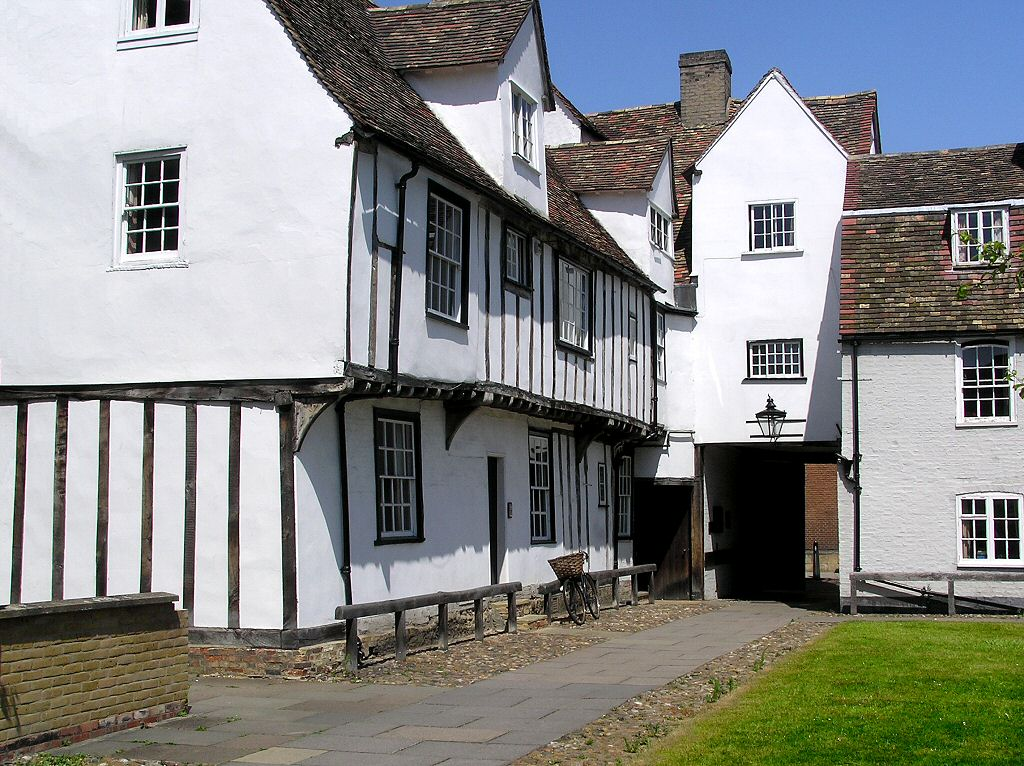 Holiday in an English country cottage villa castle or manor house rather than a hotel or motel for accomodation on your vaccation in England